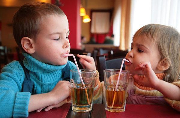 дети пьют яблочный сок