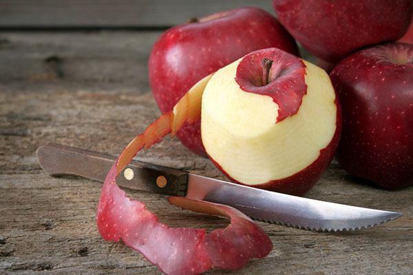 очистить красные яблоки