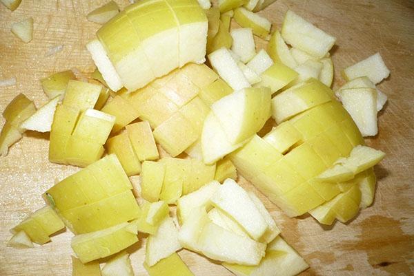нарезать яблоки кубиками