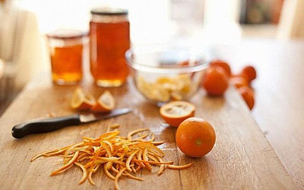 очищаем кожуру с апельсинов