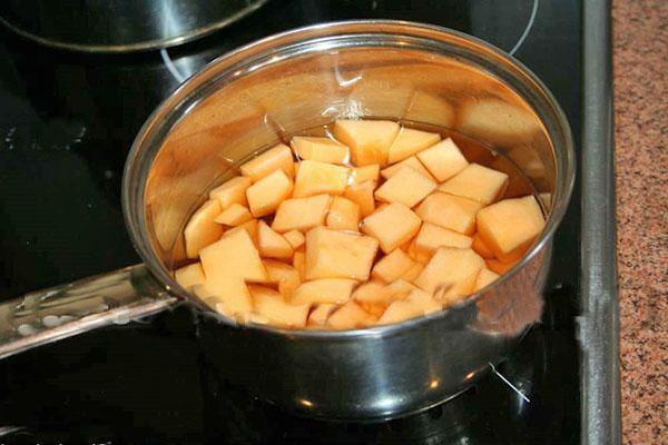 проварить нарезанные яблоки