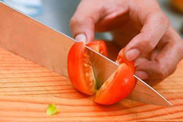 разрезаем помидоры