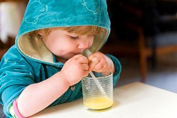 ребенок пьет сок из яблок