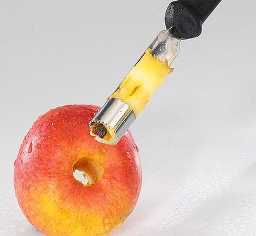 удаляем сердцевину у яблок