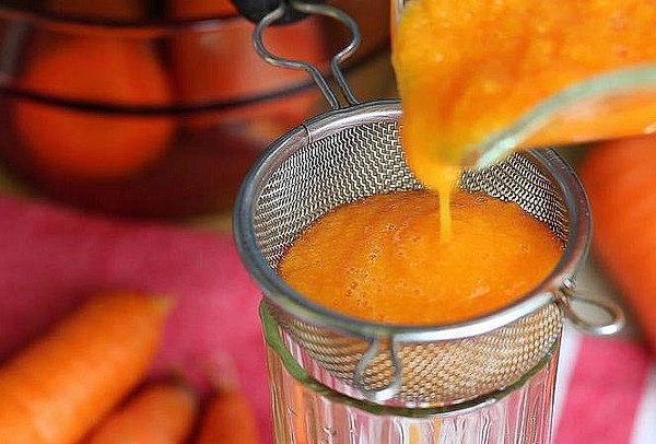 процеживаем морковный сок