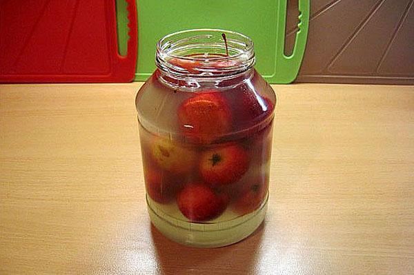 залить яблоки кипятком