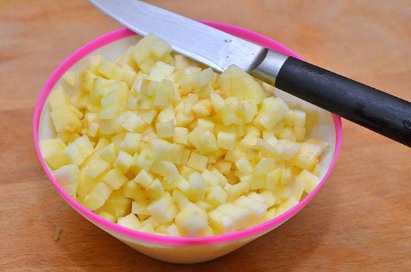 почистить и нарезать яблоки
