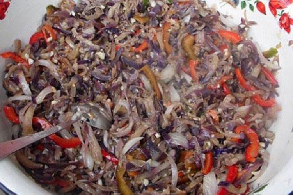 смешать ингредиенты салата