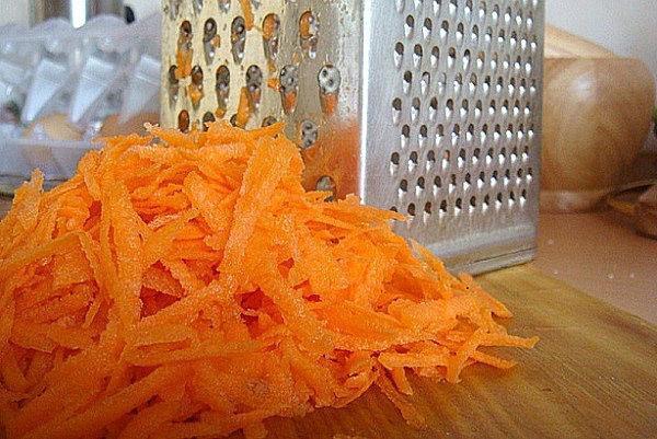 очищенную морковь натереть на терке