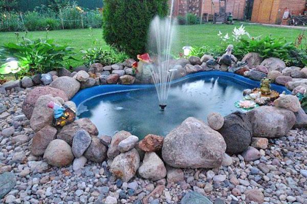 искусственный пруд с фонтаном