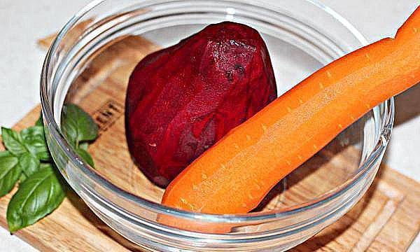 почистить свеклу и морковь