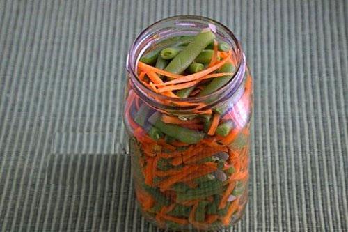 выложить овощи в банки