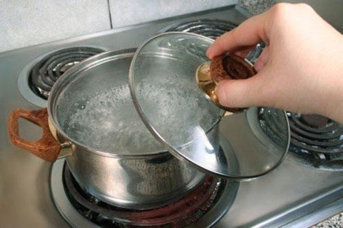 вскипятить воду для заливки стручков