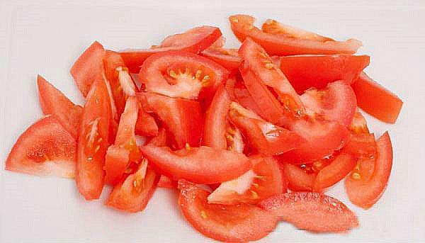 нарезать помидоры полукольцами