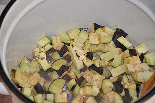 поместить в кастрюлю баклажаны и лук