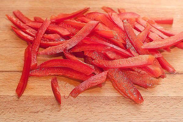 нарезать сладкий перец соломкой
