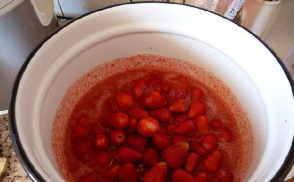 целые ягоды в клубничном пюре варить 5 минут