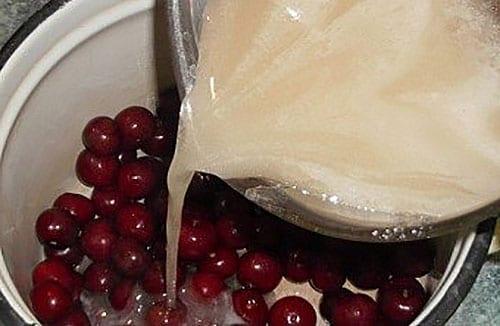 залить вишни сиропом