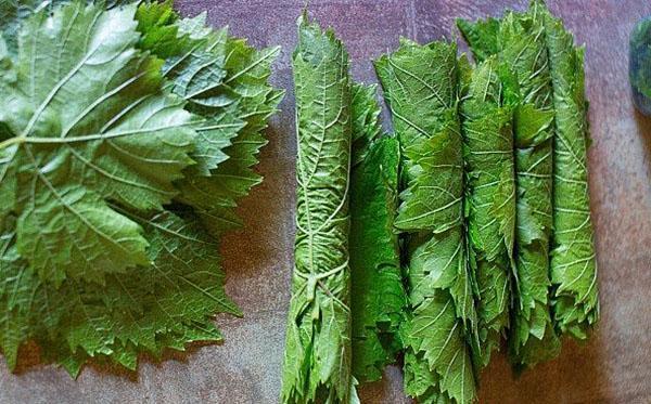 свернуть листья по 10 шт в трубочку