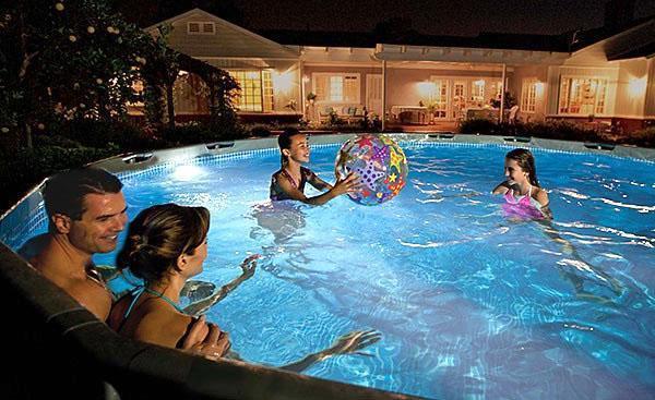 бассейн с подсветкой вечером