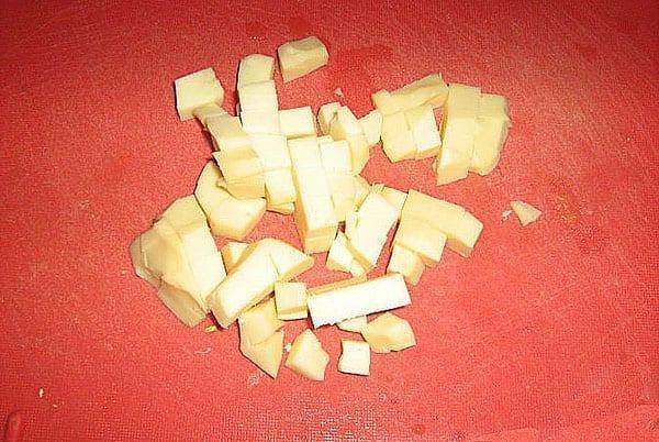 твердый сыр нарезать кубиками