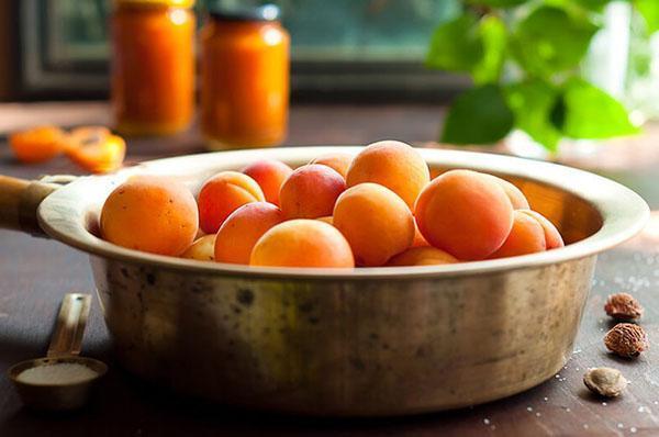 моем абрикосы и удаляем косточки