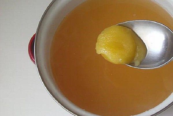 в процеженный напиток добавить мед