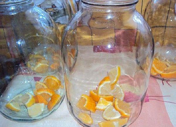 наполнить банки фруктами