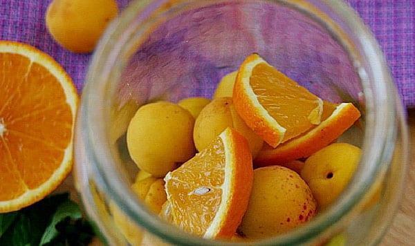 чистые банки наполнить фруктами