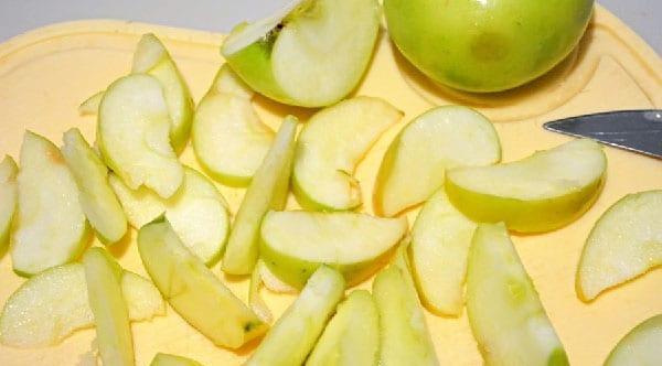 дольками нарезать яблоки
