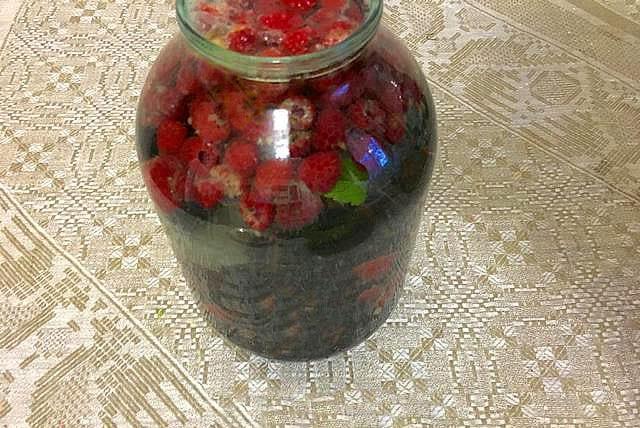 залить смородину малиновым сиропом
