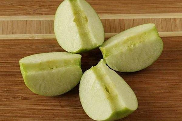 помыть и разрезать яблоки