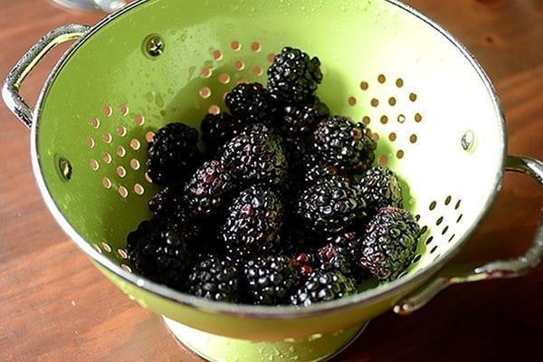 промыть ягоды под проточной водой