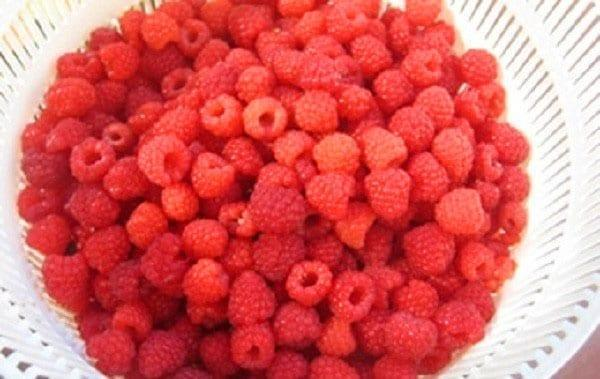 помыть и обсушить ягоды малины