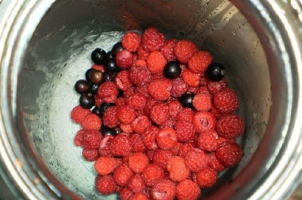 выложить ягоды в банки и добавить сахар