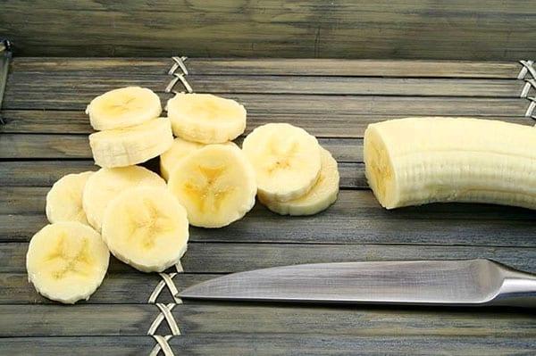 банан почистить и нарезать