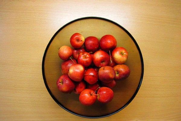 помыть и наколоть яблочки