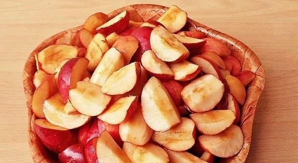 разрезать яблочки на дольки