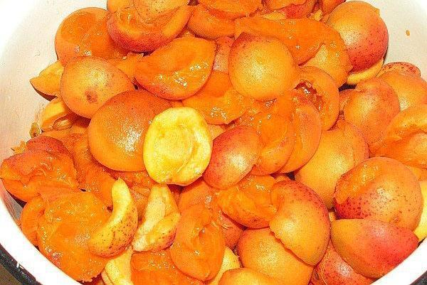 абрикосы помыть и почистить косточки