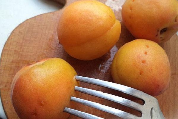 чистые абрикосы проколоть и бланшировать