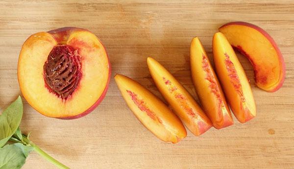 спелый персик и его косточка