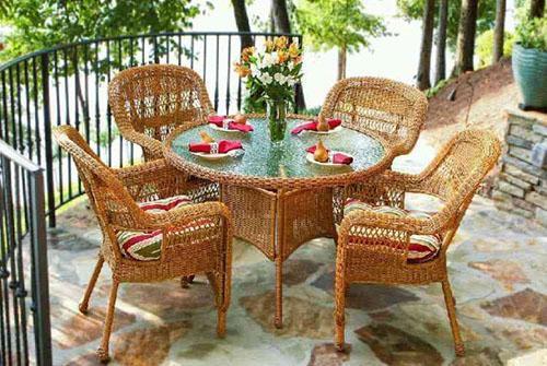 плетеные стол и кресла