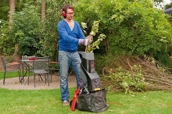 садовый измельчитель в эксплуатации