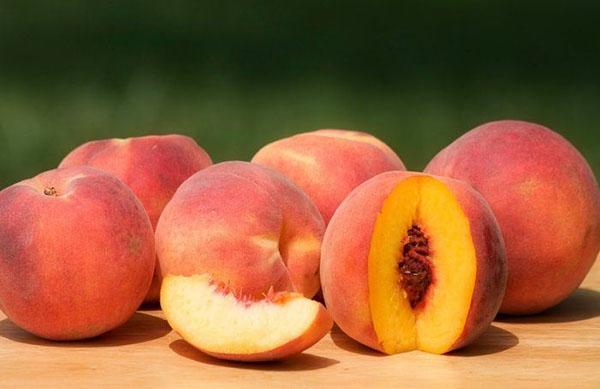 сочные сладкие плоды персика