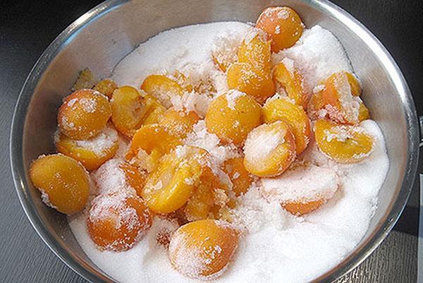 засыпать сахаром абрикосы