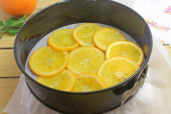 на дно формы выложить апельсины