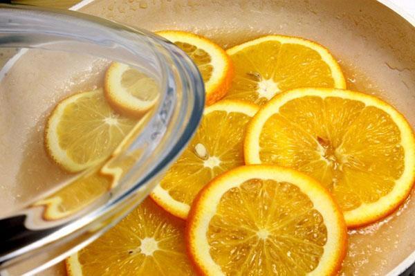 карамелизировать пластинки апельсина