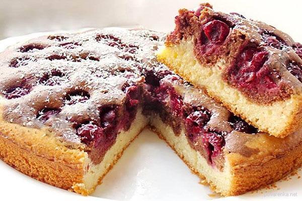 Шоколадный пирог с ежевикой в мультиварке