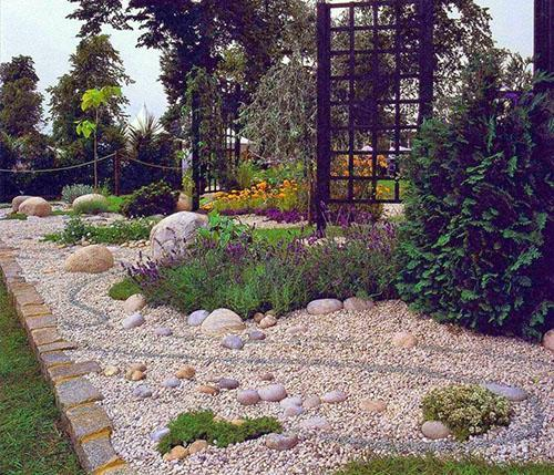 простой в уходе сад