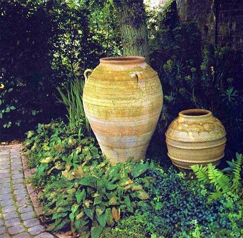 украшаем сад горшками и вазами